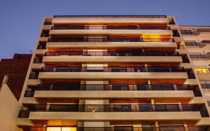 Edificio moderno, a pasos del mar