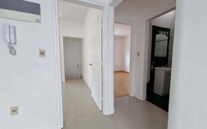 Casa de 2 dormitorios, con parrillero, azotea y patio.