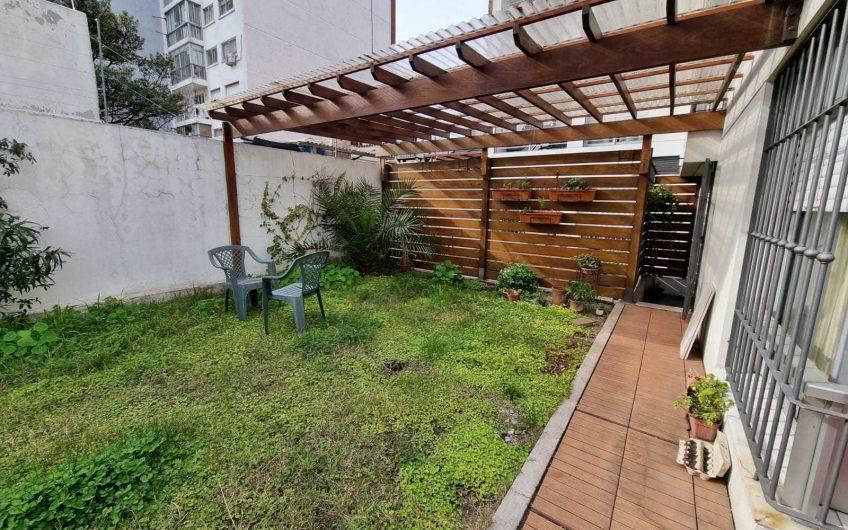 Venta. Apartamento de 1 dormitorio, inmenso jardín, moderno.