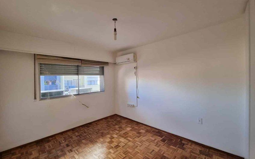 Apartamento de 2 dormitorios, con patio, a pasos de rambla.